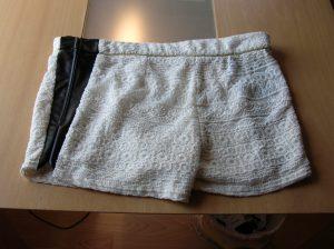 Shorts erweitert mit Kunstleder und seitlichem Reissverschluss